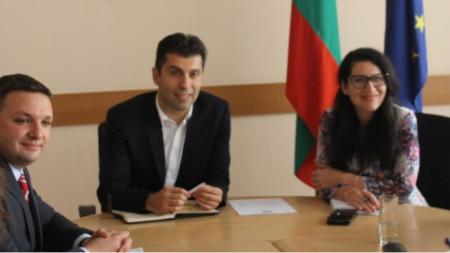 Министр экономики Кирил Петков (посередине)