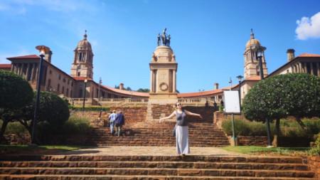 Angelina Samsonova përpara godinës së Parlamentit në Pretoria