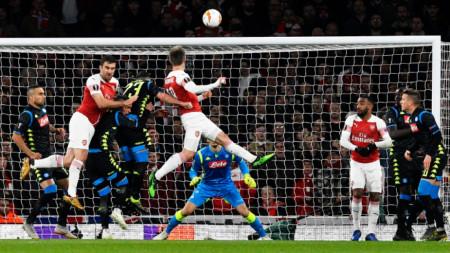 Арсенал вкара два гола на Наполи в първите 20 минути.