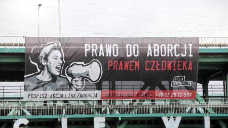 """Транспарант са надпис: """"Правото на аборт е човешко право"""""""