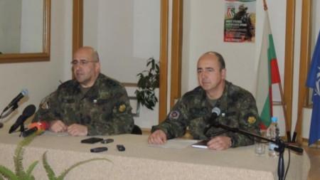 Близо 3 хиляди войници трябва да назначи българската армия,  заяви зам.-началникът на отбраната ген. Димитър Илиев (вляво) в Стара Загора.