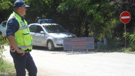 През целия ден камиони с полицейски патрули извозват убитите прасета от свинекомплекса в Българско Сливово до бившето селскостопанско летище