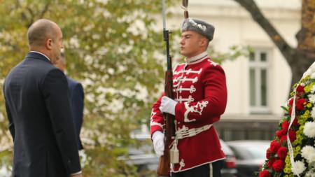 Президентът Радев пред Паметника на летеца в София