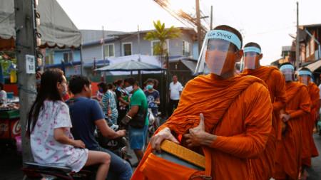 Будистки монаси в Банкок, 31 март 2020 г.
