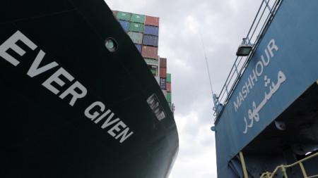 Корабът Ever Given, който е заседнал в Суецкия канал, блокирайки преминаването на други съдове и предизвиквайки задръстване за товарни кораби. Снимката е от египетско пристанище.