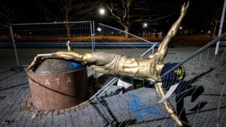 Pапалянковцит многократно оскверняваха статуята