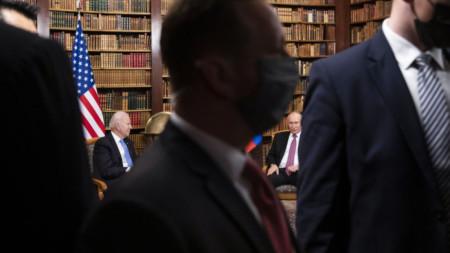 Джо Байдън и Владимир Путин (двамата на заден фон) на срещата им в Женева в сряда, 16 юни.
