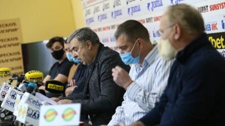 Георги Аврамчев говори пред медиите.
