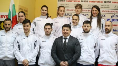 Националите по бадминтон с председателя на федерацията Володя Златев.