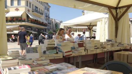 Един от акцентите на литературния фестивал е Алея на книгата