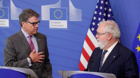 Еврокомисарят по енергетиката Мигел Канете (вдясно) и американският енергиен министър Рик Пери в Брюксел