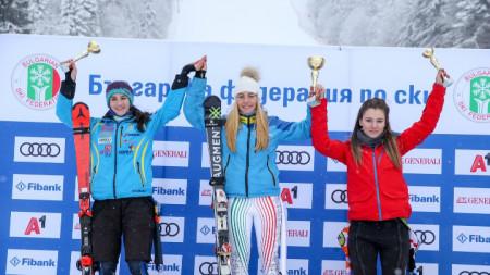Симона Скробанска (в средата) спечели втора победа.