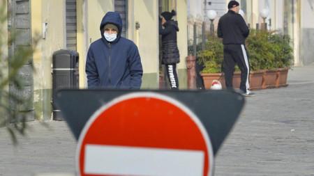 Със защитни маски ходят жители на Кодоньо, Ломбардия, където са повечето случаи на заразени с коронавируса.