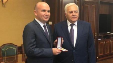 Илхан Кючюк (вляво) получи ордена от председателя на парламента на Азербайджан Огтай Асадов.