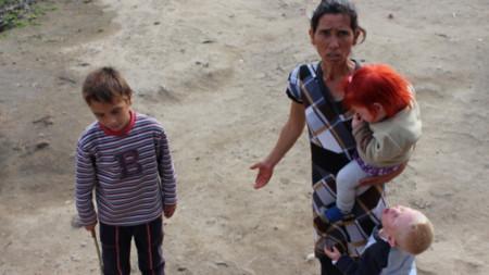 Седем от децата на Сашка и Атанас Русеви от Николаево са били настанени в семействата на близки роднини. До мярката се е стигнало, след като социалните служби са излезли със заключение, че децата живеят в застрашаваща здравето и живота им среда.