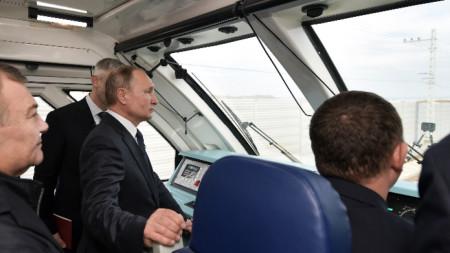 """Путин измина с влак разстоянието от гарата в Керч на полуостров Крим до пътническата станция """"Таман"""" в континентална Русия"""