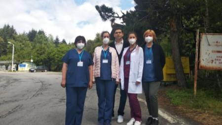 """Д-р Милен Врабевски с част от екипа за имунизация на ГКПП """"Станке Лисичково"""""""