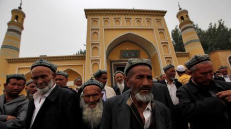 Уйгури пред джамия в Синцзян-уйгурски автономен регион на Китай.