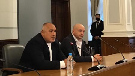 Бойко Борисов и проф. Венцислав Мутафчийски разсеяха съмненията за конфликт помежду им, като изненадващо се появиха на днешния брифинг в Министерски съвет.