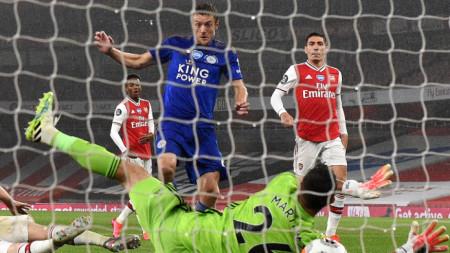 Варди (в синьо) поразява вратата на Арсенал