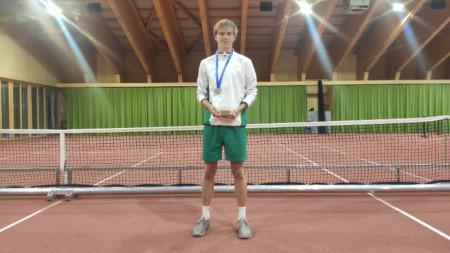 Пьотър Нестеров със сребърния медал.