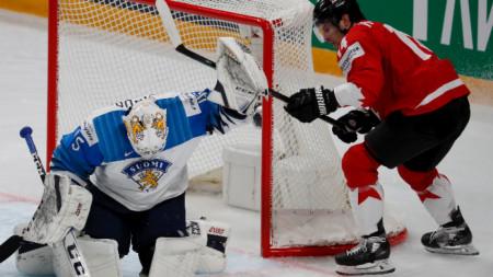 Вратарят на Финландия Юси Олкинуора спасява поредния удар.