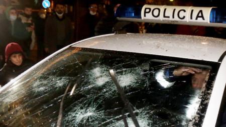 Разбито стъкло на полицейски автомобил при протестите в Тирана -  9 декември