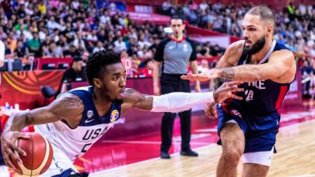 Американецът Мичъл пази топката от Фурние.