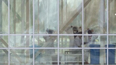 Медици със защитна екипировка в новата инфекциозна болница край Москва, която трябва да заработи до края на месеца.