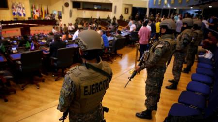 Войници в парламента на Салвадор-