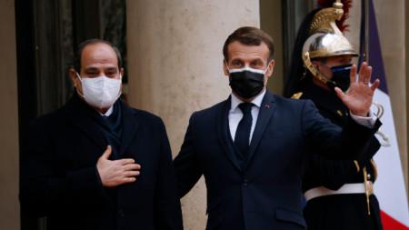 Френският президент Еманюел Макрон посреща египетския си колега Ас Сиси в Париж.
