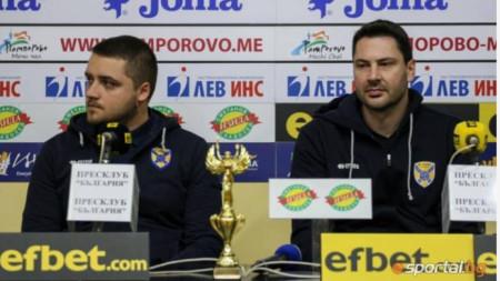Техническият директор Александър Иванов и треньорът Атанас Петров с наградата.