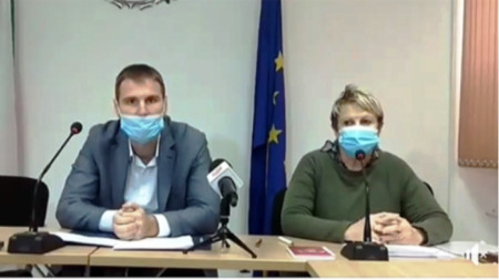 Областният управител на Пазарджик Стефан Мирев и д-р Хюля Шериф, зам.-директор на РЗИ-Пазарджик