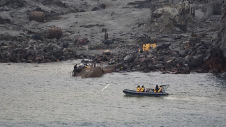 Издирвателните екипи не откриха и днес телата на двама души, които се водят изчезнали след изригването на вулкана на новозеландския остров Уайт.