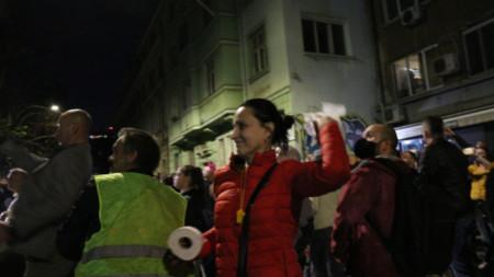 Протестиращи обстрелват сградата на МВР с яйца, домати и тоалетна хартия