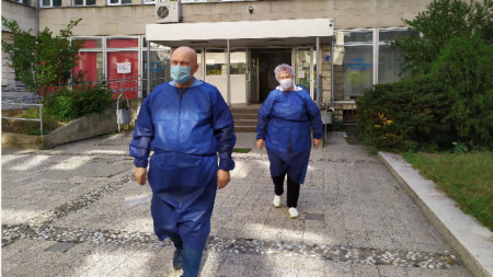 Д-р Тодор Каназирски от ковид зоната на ДКЦ 1 и гл. сестра Екатерина Кънчева