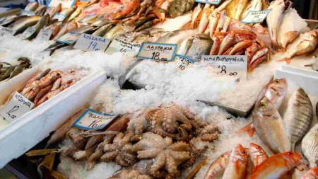 Почти ежедневно се конфискуват морски дарове, които достигат предимно до пазарите без контрол и със съмнително качество.