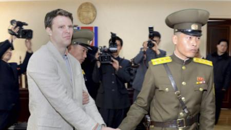 Ото Уормбиър (вляво) почина скоро, след като бе върнат в САЩ след 17 месеца в севернокорейски затвор
