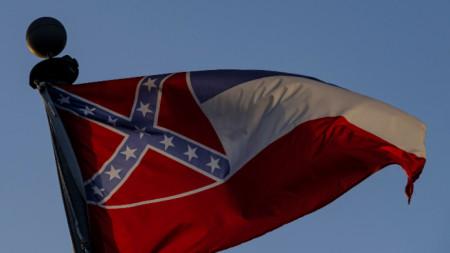 На досегашното знаме на Мисисипи е изобразен бойния символ на Конфедерацията