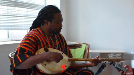 Аюуне Сули свири на колого - традиционна ганайска китара