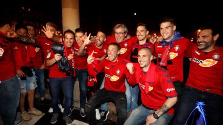 Футболистите на Осасуна празнуват завръщането си на централния площад.