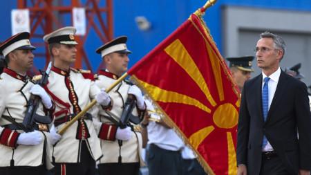 Генералният секретар на НАТО Йенс Столтенберг по време на официалното си посрещане на летището в Скопие в началото на септември.