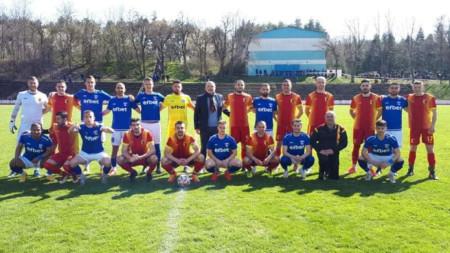 Двата отбора преди началото на двубоя заедно с бизнесмена Добрин Добрев
