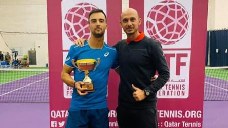 Димитър Кузманов с титлата и своя треньор Валентин Димов.