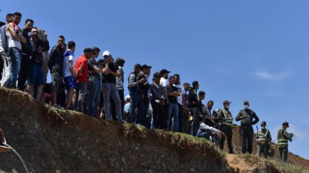 Мигранти чакат да се промъкнат през ограда в опит да преминат границата от Мароко до испанския анклав Сеута, Северна Африка, 18 май 2021 г.