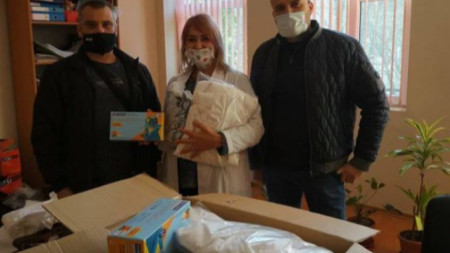 Полицейските служители връчиха дарението на директора на болницата д-р Величка Кадийска.