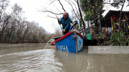 Иван Стоянов източва насъбралата се вода в лодката му с помпа. Средно изпомпването отнема около половин час.