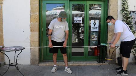 Подготовка за отваряне на заведение съгласно Covid мерките, Никозия, Кипър, 10 май 2021 г.
