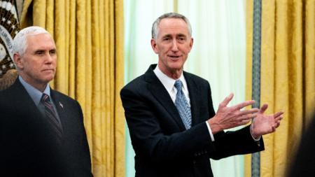 Даниел О'Дей, шеф на Гилеад, с вицепрезидента Майк Пенс в Белия дом.
