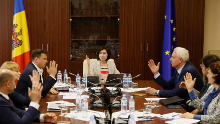 Премиерката Мая Санду води заседанието на новото правителство в сградата на парламента в Кишинев.
